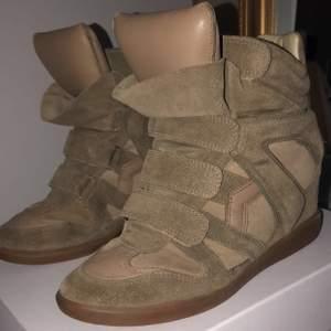 Säljer nu mina älskade skor från isabel marant, skorna kommer aldrig till användning. Skorna köptes på frafech för ungefär 5000 kr. Kartong och dustbags ingår. För mer frågor och bilder, skriv!🥰🥰