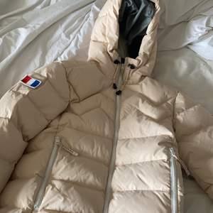En extremt varm vinterjacka i dun. Inköpt för ca 5000 säljer för 1400kr. I extremt bra skick, använd en halv vinter.