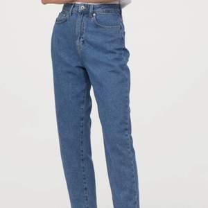 mörkblåa högmidjade jeans från hm, köpte dem i somras och är använda endast en gång, kom privat för fler bilder, priset är inklusive frakt