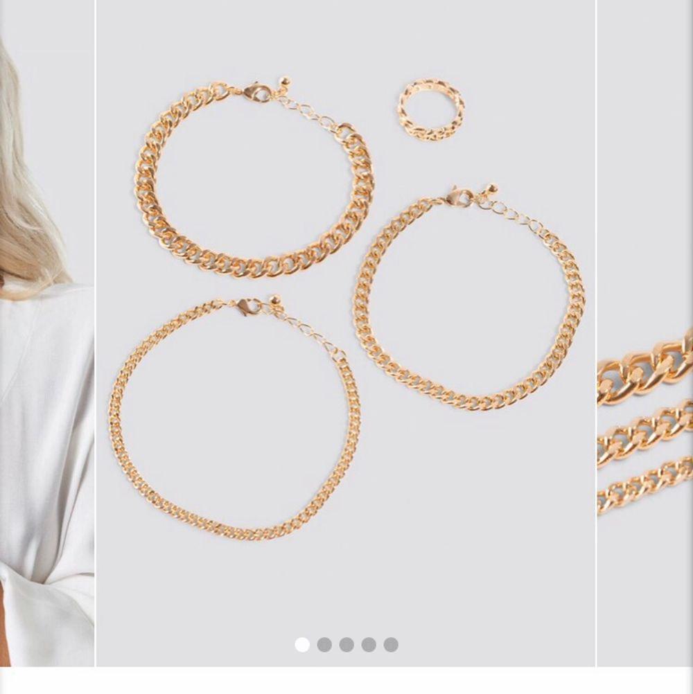 Ett armbands/ring set från NAKD. Knappt använda! Köpt för 150kr, säljer för 50kr(med frakt inräknat). Accessoarer.