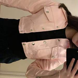 Helt ny rosa croppad skinnjacka från fashion nova i storlek XS