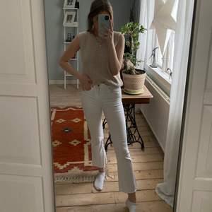Säljer dessa jeans från zara i en kort bootcutmodell💜  jeansen är i storlek 36 och sitter bra på mig som är 167 cm💜