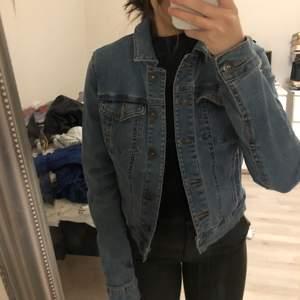 Väldigt fin jeans jacka som är köpt från Vera Moda, den är i storlek xs/s. Köptes för ca 500 kr. Säljer den för 130kr. Skriv för intresse eller buda💗