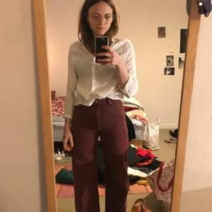 Vinröda Ace jeans storlek 26/30 i mkt bra skick. Jätte fin modell och färg! Köpare står för frakt