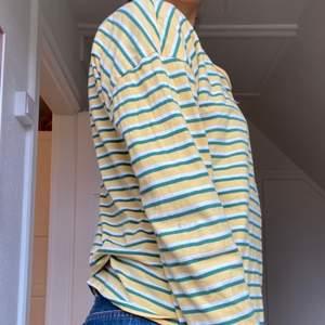 Söt randig tröja i st S men passar Xs-M. Köpte den för att använda till en kväll men använd ett fåtal gånger. Buda i komentarerna och kontakta mig 🥰