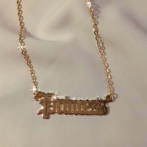 vårt 'princess' halsband 🤍✨ 49:- + 11 kr frakt ♡ - hänge med text - guldfärgad kedja ca 45 cm - förlängning detta halsbandet är snyggt att matcha med något av våra andra halsband, till exempel fjäril.  ♡  - beställning görs via celestesmycken.etsy.com - instagram @celestesmycken 🤍✨ ♡  #smycken #halsband #text #princess