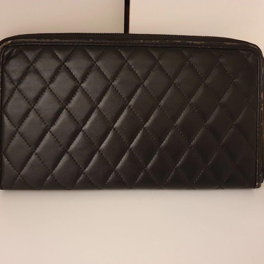 Säljer min plånbok som jag använt vid resande. Den har flera olika fack i sig,