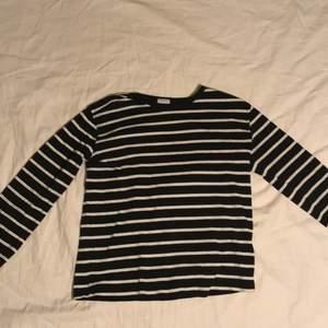 En långärmad tröja för båda könen. Randigt mönster  med storlek XS. Den innehar en touch av Frankrike. 🇫🇷
