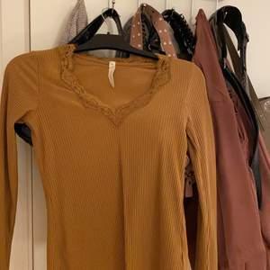 En senapsgul tröja med ett fint mönsterläggning bröstkorgen💓💓💓