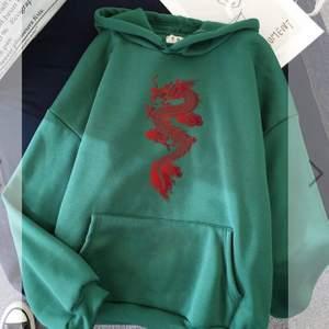 Hejhej! Säljer min gröna hoodie med drak-tryck från modalla. I helt nytt skick då jag råkade köpa två likadana:)