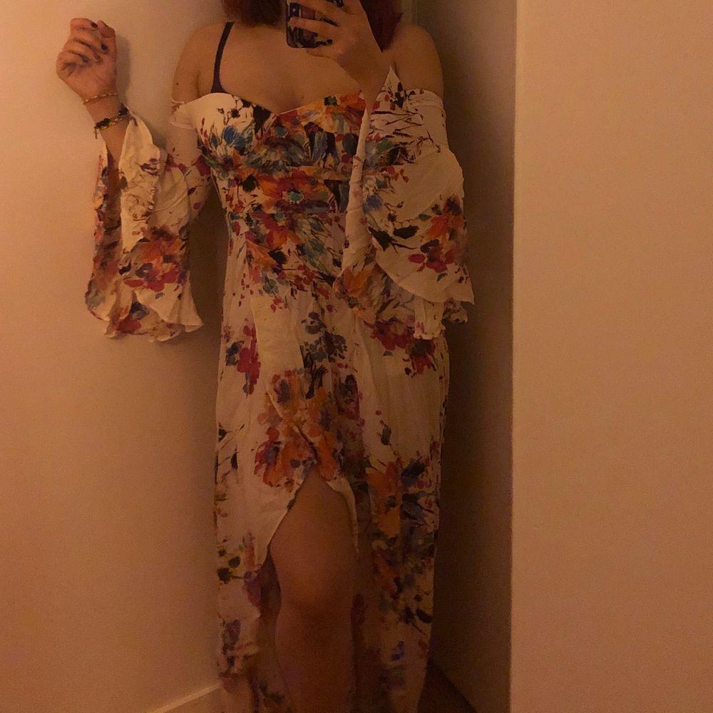 köpt på fashion nova. stängs bakifrån med zipper, stor slit framme. utvidgade armar, jättefin klänning. helt ny eftersom den är för liten för mig. verkligen jättefin irl . Klänningar.