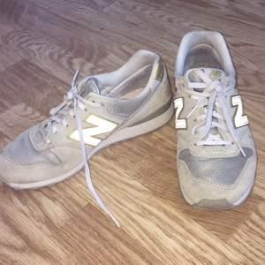 Supersnygga guldiga och gråa New Balance sneakers!! Använda ett fåtal gånger och är i bra skick, kommer tvättas innan jag skickar dom. 💞💞 Storlek 38 och såå sköna att gå i! Kan mötas upp i Östersund, annars står köparen för frakt.