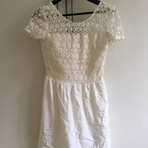 Vit klänning från Tommy Hilfiger med spets upptill. Använd en gång och köptes för 2 år sedan. Nypris: 1 600kr ca. Väldigt fint skick men använder ej. Frakt ingår inte i priset.