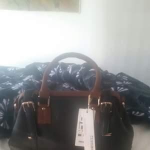Jag säljer jättesnyg helt ny väska med dubbel axel. Ny pris 549 kr men jag säljer för 400 kr