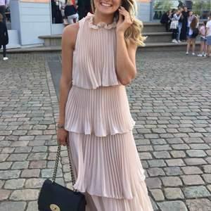 Balklänning från Asos. Jättefin i ljusrosa, väldigt skön och bekväm. Lite skadad i underklänningen - alltså inget som syns. Storlek S.