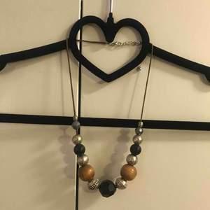 RENSAR SMYCKESGARDEROBEN!! Halsband i överflöd! Halsband ursprungligen från Ur&penn, knappt använt!
