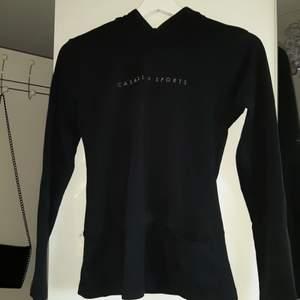 Luvtröja utan dragkedja i tunnare bommullstyg, har en liten ficka där fram på sidan, sällan använd.