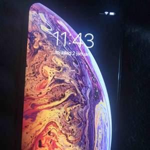 iPhone XS MAX guld i absolut nyskick. 64 GB Helt ny inga repor finns batteri 93 % Laddare ingår,   Inga fel på telefonen, först till kvarn.  Avhämtning endast Stockholm  Pris kan diskuteras vid snabb affär  Iphone XS MAX gold, 64GB 6500kr