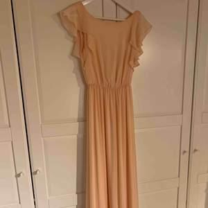 Balklänning i aprikos / persikofärgad , använd en gång på balen i 9an vilket var några år sen nu så då jag inte längre har nån användning utav den kanske de finns nån där ute som är i behov av en fin klänning till balen i nyskick