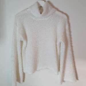 Säljer denna tröja från Bubbleroom. Den är helt ny med prislapp. Nypris 399 kr.