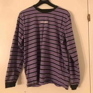 Supercool tröja från Rotation, säljes pga att den ej kommer till användning! Köparen står för frakt🥰