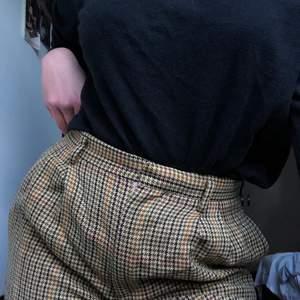 Jättehärliga rutiga kostymbyxor köpta i amsterdam, i 60tals stil, spicar upp hela outfiten, men även supersköna! Bor du i göteborgstrakten möts jag gärna upp, annars står köparen för frakten:))