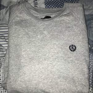 Henri lloyd tröja Strl: XL sitter mer som L Skick: 8/10 Pris: 500kr (Nypris: 1099kr