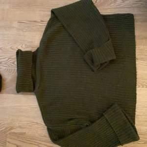 Mörk grön stickad tröja i polo från Gina tricket, kort i modellen