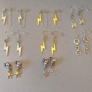 Säljer nu massor av nya örhängen med olika motiv!. Skriv för flera bilder. Har flera av varje par. 60 kr/par+11 kr frakt. FÖLJ GÄRNA MIN SIDA PÅ INSTAGRAM, basic_jewelz💕💕