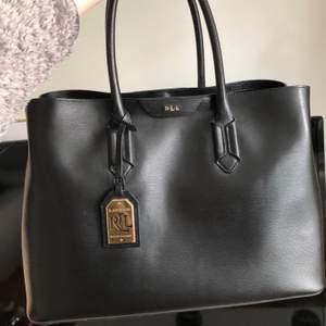 Säljer min superfina Ralph Lauren-väska då jag inte använder den längre. Modellen heter Tate city tote. Helt äkta och i äkta skinn.  Köptes på Zalando för 3595 kr. Dustbag och tags medföljer. Pris kan diskuteras! 🥰