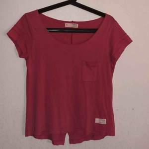 Fin t-shirt från Odd Molly i fint skick! Skulle säga att den passar både XS & S💞 Frakt tillkommer på 63kr ☺️