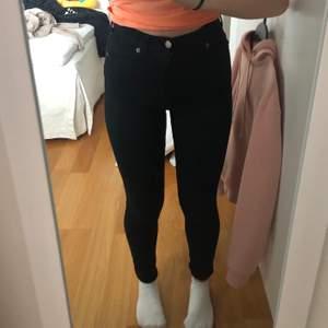 Svarta högmidjade jeans från Dr denim! 🦋 storlek S & modellen moxy! 🦋 sitter snyggt och tajt överallt, lite långa för mig som är 158 🦋 300 inklusive frakt 🦋