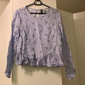 Fin och skön blus, storlek 38. Säljs för att den är för liten. Blå randig med små figurer. Långärmad