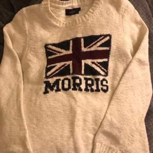 Morriströja som jag fick för 2 år sen i present. Har tröttnat på den och den har blivit lite liten. Den är i bra skick men aningen liten i storleken. Skulle säga att den är mer i strl S men det står att den är i strl M🦋🦋🦋