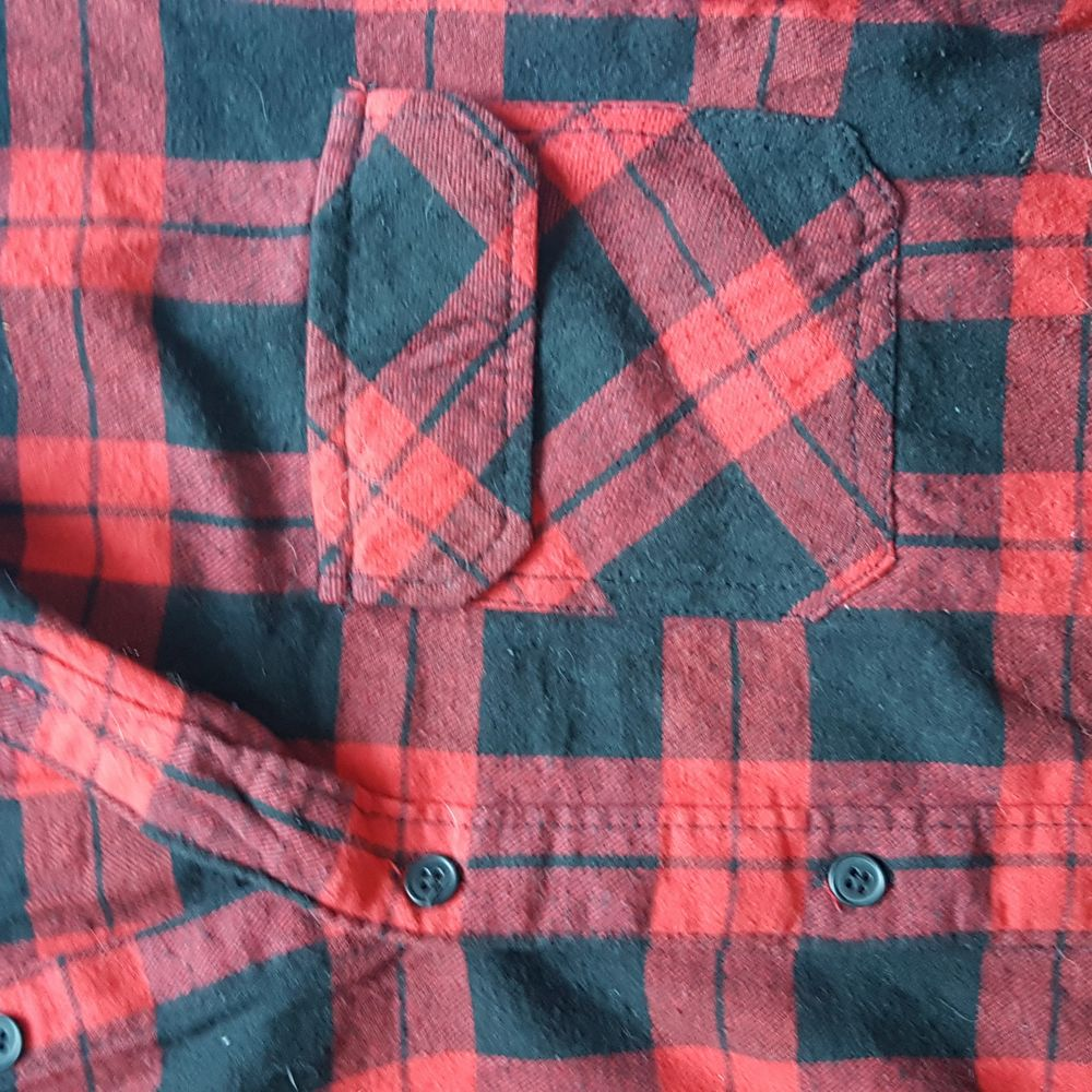 Ett linne som är som en vanlig skjorta med flanell-mönster. Använd cirka 2 gånger så nyskick, köpt för 50kr så säljer för 60kr inklusive frakt!. Skjortor.