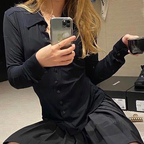 Svart blus liknande den Lilly-rosé Depp har på första bilden! . Skjortor.