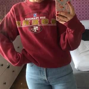 Supper snygg vintage sweatshirt i märket LEE säljer då jag ej får användning av den fint skick skriv privat vid intresse