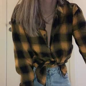 Gul och svart flanell skjorta köpt från carlings. Säljer den då den tyvärr inte kommer till användning. Nypriset låg på 350kr. Frakten ingår ej i priset.