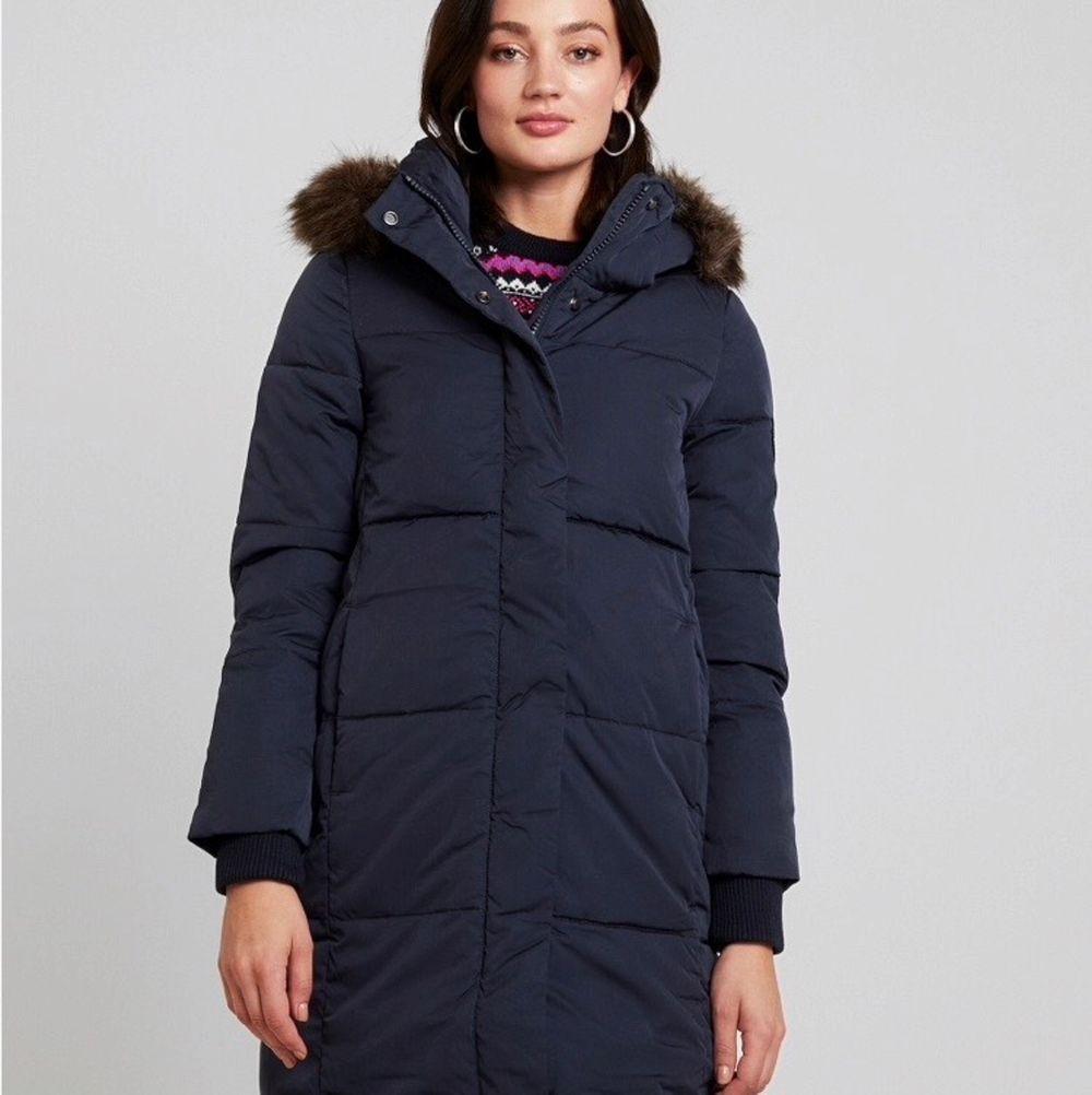Säljer denna superdry jacka helt oanvänd. Färgen är väldigt mörk blå. Väldigt varm o bra vinter jacka. (Nypris ca. 1899 kr) De är små i storlek. Storleken är XL MEN den passar som en M lite oversize/L!! Gratis frakt eller möts upp i Stockholm/Farsta.. Jackor.