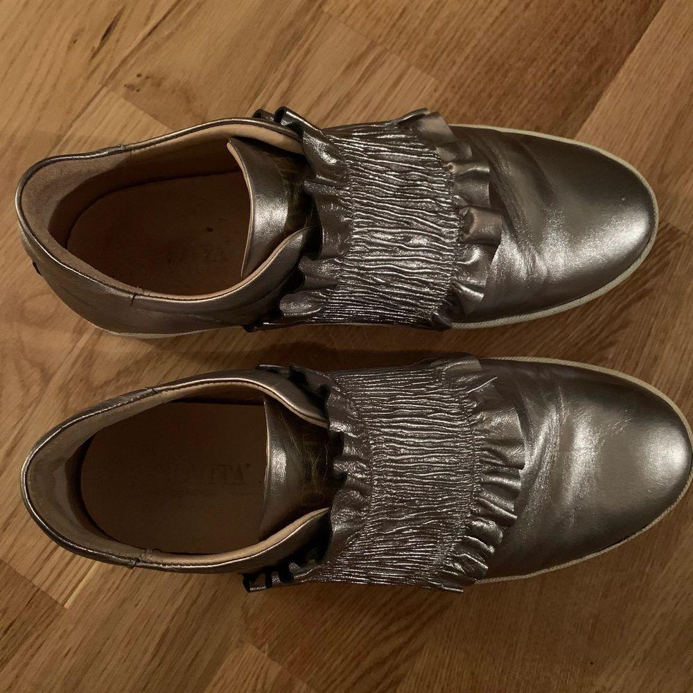 Säljer dessa coola skor. Lite slitna där av priset. Frakt ingår. . Skor.