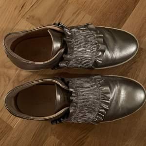 Säljer dessa coola skor. Lite slitna där av priset. Frakt ingår.