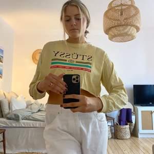 Cool och snygg ljusgul tröja från Stüssy. Kort, men sköna långa ärmar! Använd få gånger så i väldigt bra skick. Snygg till både hög- och lågmidjade jeans!