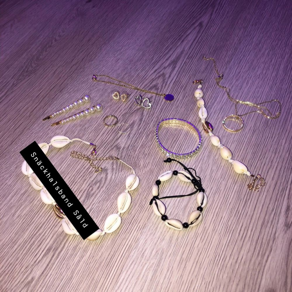 Massor med olika smycken. obs ej äkta. Hårsmycken, ringar,örhängen, armband och halsband. Skriv privat för pris på enstaka smycken eller köp alla på bilden för 120 kronor + frakt. 🌟. Accessoarer.