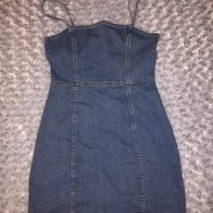 Jättesöt och fin jeansklänning från H&M. Bara använd 1 gång