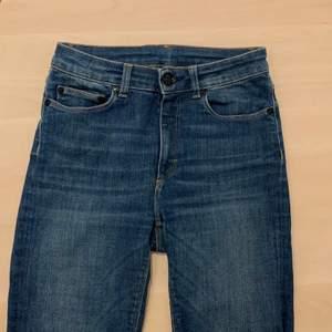Så snygg färg på jeans! Väldigt sköna. Bra skick. Waist 27 (men passar mindre) Length 32. Nypris 1200kr. Mitt pris är diskuterbart!