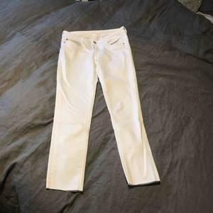 Har köpt på Schpock, men aldrig använt själv. Sitter snyggt och tajt på! 😉 Färg: vit.