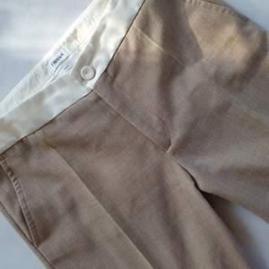 Filippa K bootcut kostym byxor med vit fejkad skinnkant  Liiite smutsiga absolut längst ned, därav priset  Kan mötas upp i Huddinge, Älvsjö, Årsta, Globen & Västberga