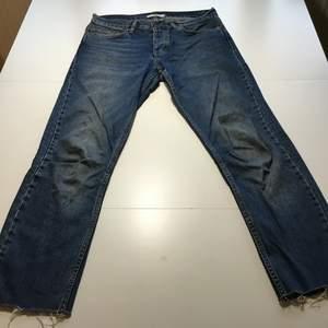 Mörkblå jeans som är lätta och sköna. Fitten är lite baggy och lite tapered.