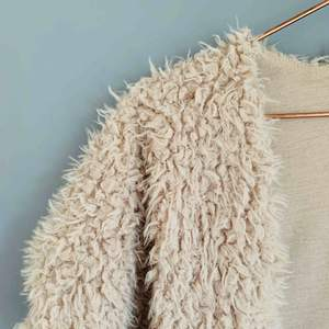 Tidigare en tröja i fejkpäls som jag gjorde om till en väst! Köper du något annat av mig så kan du få denna på köpet!😘🐑  Jag kan både mötas upp eller skicka💌🤗