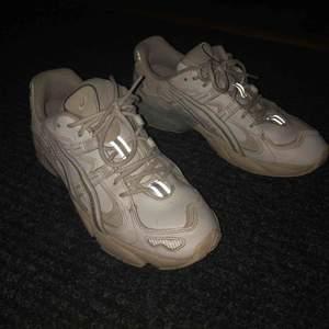"""Otroligt fina Asics kayano gel 5, 8/10 nytvättade. Otroligt skön fit och passar """"dad sneaker"""" stilen otroligt bra"""
